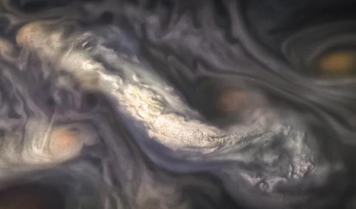 Giove, un colorato vortice di nubi