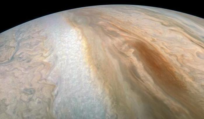 Juno, occhi puntati su una tempesta ovale