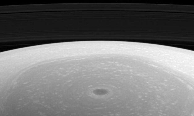 Saturno, luce sul polo nord