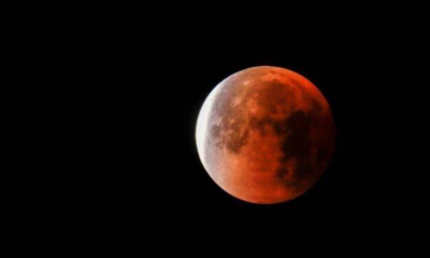 Eclissi lunare, ecco la spiegazione dei terrapiattisti
