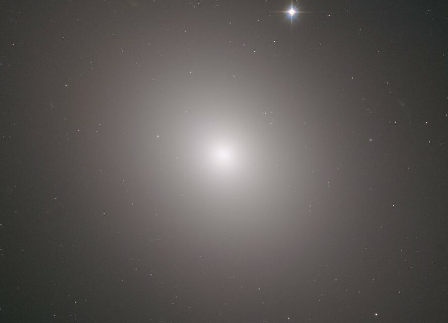 Hubble punta il cuore brillante di Messier 49