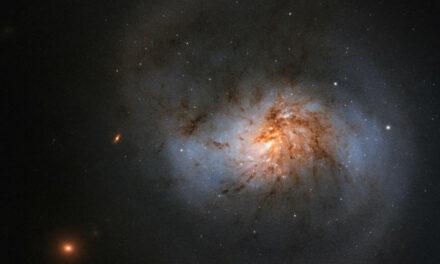 Hubble: galassia con polvere rossa in un click