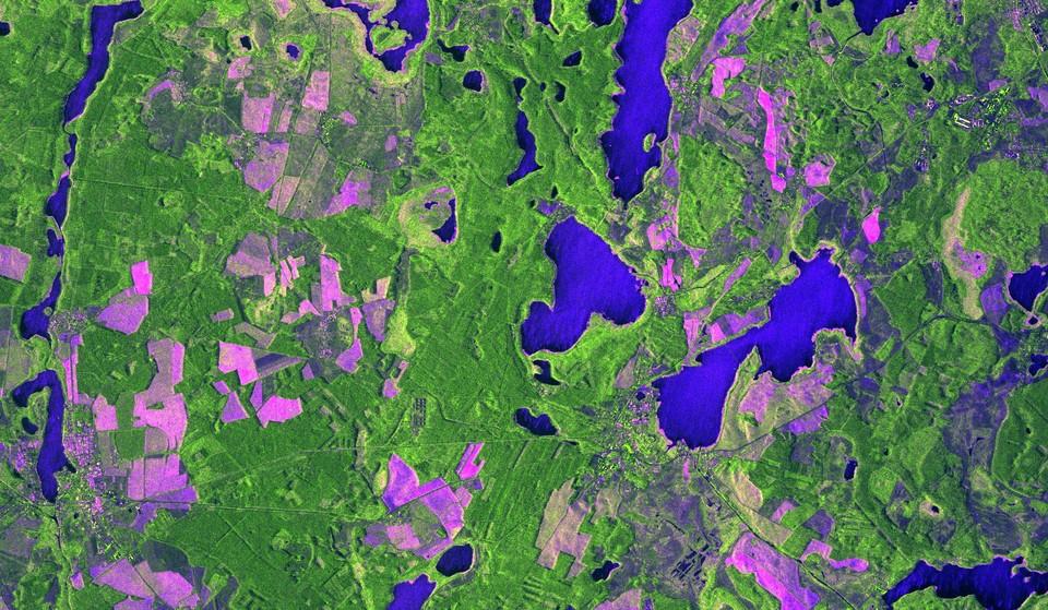 Immagine COSMO-SkyMed Second Generation, acquisita il 19 Febbraio 2020 alle ore 04:26:49 UTC sulla città di Wesenberg in Germania. La ripresa è stata fatta nella modalità Stripmap Dual Pol, a 3 metri di risoluzione. La combinazione delle differenti polarizzazioni utilizzate mette evidenza la differenza tra i laghi (le striature blu sono dovute al vento che increspa l'acqua), le diverse zone boschive (in verde) e i campi agricoli o a pascolo (in rosa/ violetto). A questo si aggiunge il dettaglio tipico delle immagini radar COSMO-SkyMed che permettono di vedere le strutture geometriche del territorio, come strade, abitazioni e altre strutture antropiche. COSMO-SkyMed Second Generation © ASI. Processed and distributed by e-GEOS