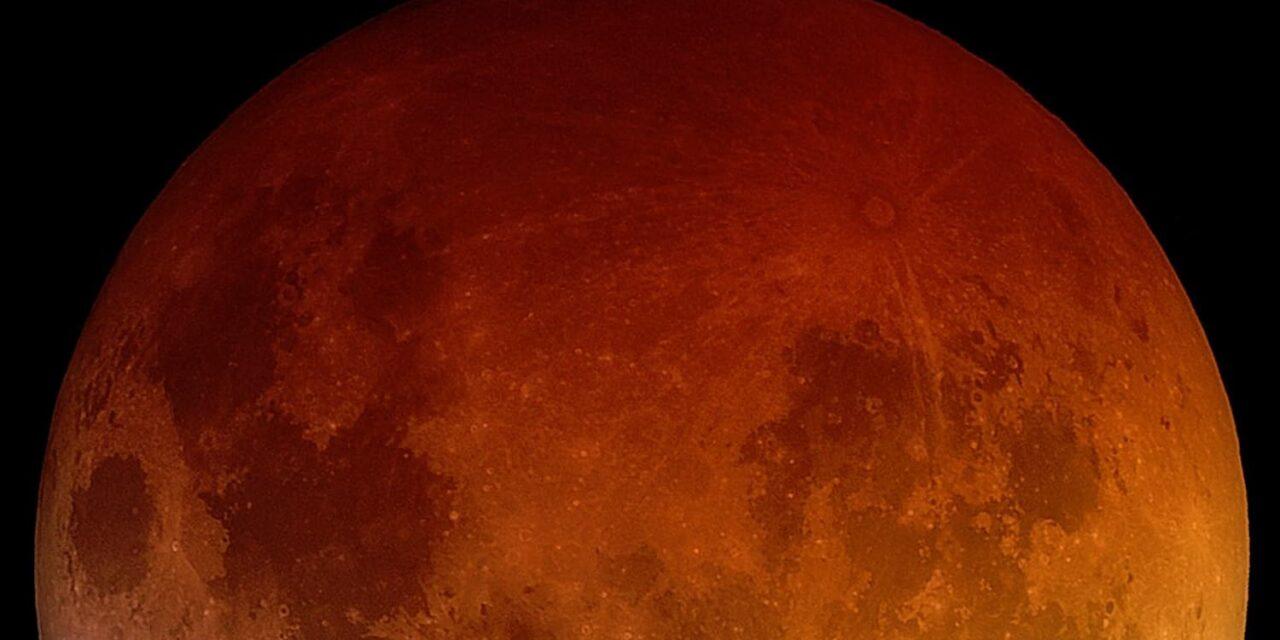 La Terra ha arrugginito la Luna?